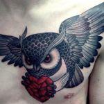 tatuaje buho sujetando corazón