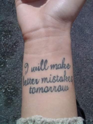 Frase tatuada en la muñeca