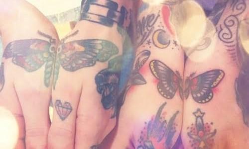 mariposas tatuadas en las manos