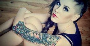 Tatuaje en el brazo de una joven