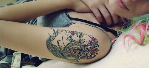 Tatuaje retrato en hombro para mujer