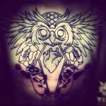 Tatuaje de un búho pecho hombre
