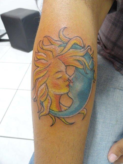 Tatuaje Beso Entre La Luna Y El Sol