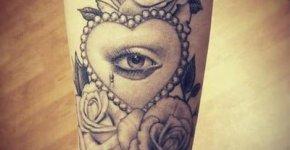 Tatuaje ojo y rosas en brazo