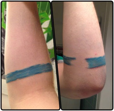 tattoo en brazo banda azul