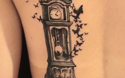Tatuaje reloj de piso