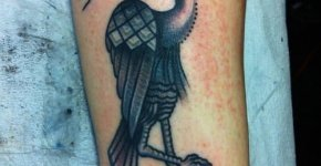 Tatuajes de aves en la pierna