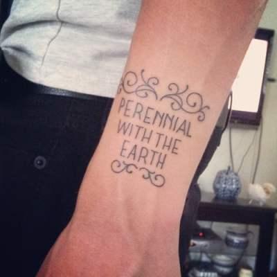 Tatuaje frase en antebrazo