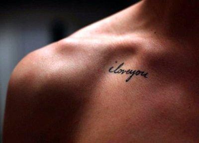 Te amo tatuaje en cursiva