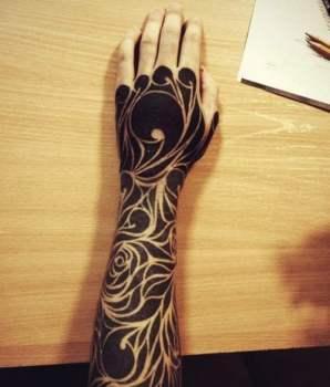 Tatuaje invertido en brazo