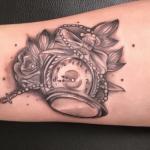 Tatuaje de reloj de bolsillo para mujer