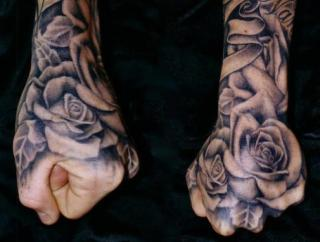 Tatuajes de rosas en puños