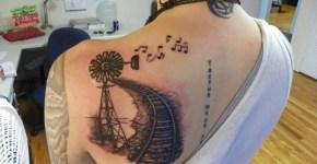 Tatuaje en la espalda de una mujer