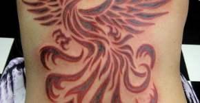Tatuaje de ave fénix en toda la espalda