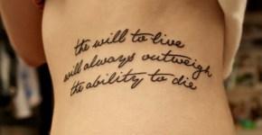 Tatuaje de frase en el abdomen