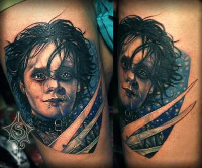 Tatuaje el joven manos de tijera