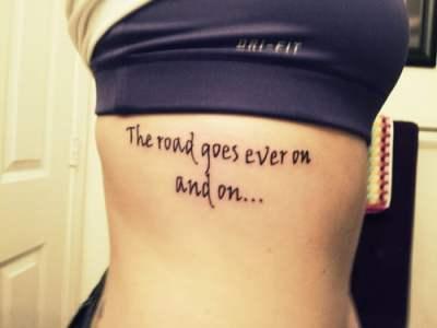 Tatuaje de frase en las costillas