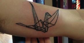 Tatuaje ave poligonal en el antebrazo
