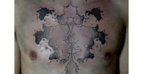 Tatuaje mancha en el pecho