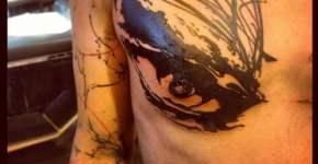 Tatuaje ojo en el pecho