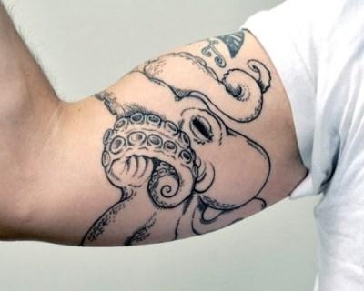 Tatuaje pulpo enorme en el brazo