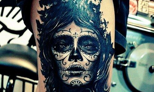 Tatuaje rostro futurista en el muslo