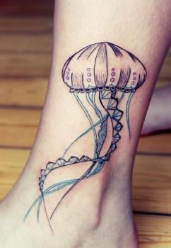 Tatuaje de medusa en la pierna