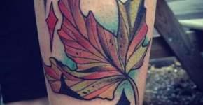 Tatuaje hoja de otoño en la pierna
