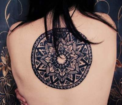 Tatuaje mandala floral en la espalda