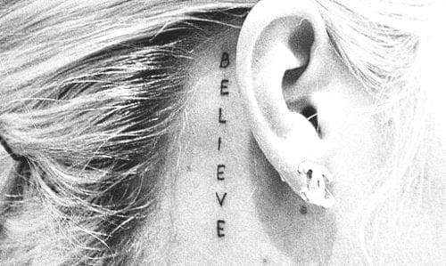Tatuaje believe en la oreja
