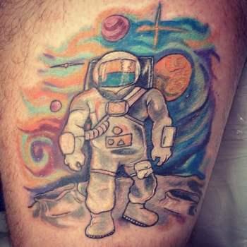 Tatuaje astronauta sobre la luna