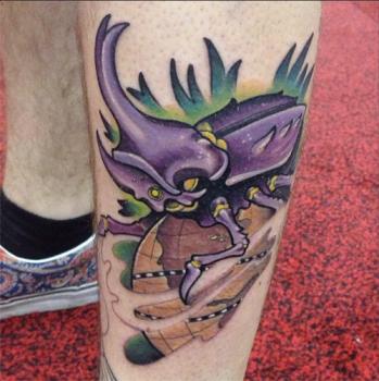 Tatuaje escarabajo en la pierna