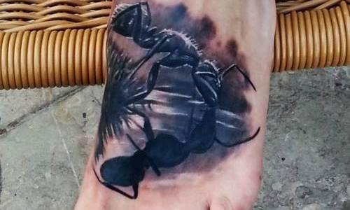 Tatuaje hormiga bebiendo agua en el pie