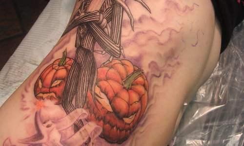 Tatuaje de Jack a lo largo de todo el abdomen.
