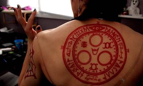 Chica con tatuaje de Silent Hill en la espalda