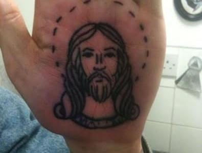 Jesucristo tatuado en la palma de la mano