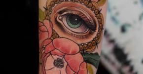 Tatuaje con temática floral en el brazo