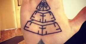 Tatuaje de pirámide en la palma de la mano