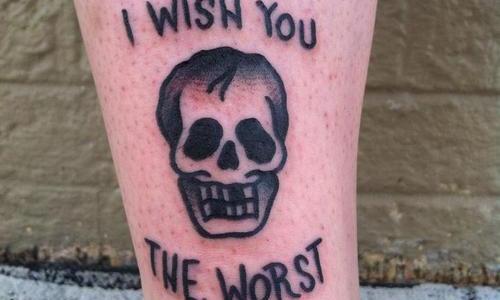 Tatuaje de calavera con mensaje