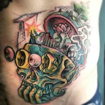 Tatuaje de calavera en el costado