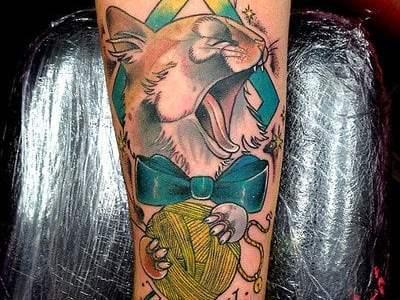 Tatuaje de gato con pajarita