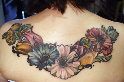 Tatuaje girnalda flores