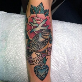 Tatuaje pájaro con texto