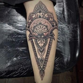 Tatuaje flor cortada por la mitad