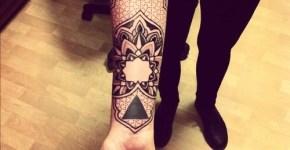 Tatuaje floral dotwork