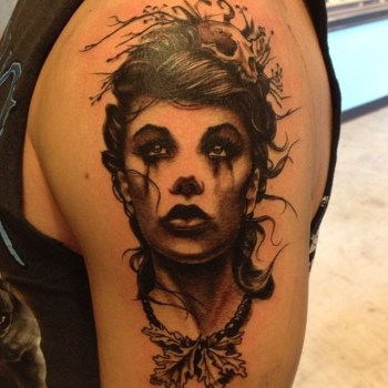 Tatuaje mujer en el hombro
