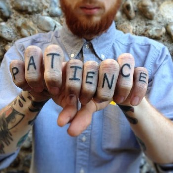 Tatuaje texto dedos