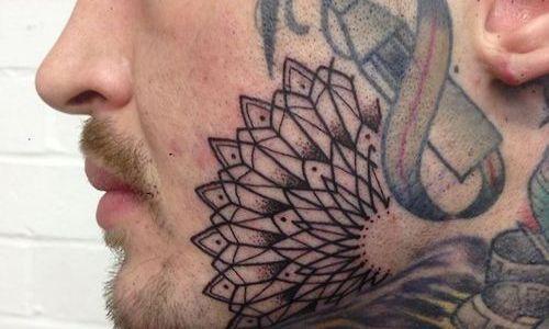 Tatuaje media flor en la cara