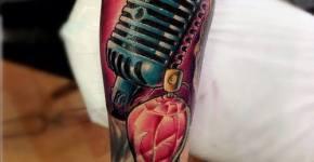 Tatuaje micrófono antiguo.