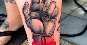 Tatuaje mano gris